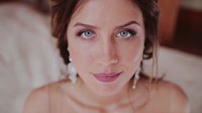 Ein schönes Mädchen betrachtet oben der Kamera Ihr herrlicher Blick stock video