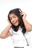 Ein schönes Mädchen, das Musik hört stockfotos