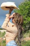 Ein schönes Mädchen in der Grenze von einem See Stockfoto