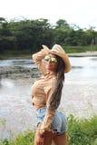 Ein schönes Mädchen in der Grenze von einem See Lizenzfreie Stockfotografie