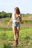 Ein schönes Mädchen in der Grenze von einem See Stockfotografie