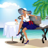 Ein schönes Mädchen in einem Hut auf dem Ozean Stockbild