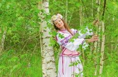 Ein schönes Mädchen in einem nationalen belarussischen Kostüm Lizenzfreies Stockbild