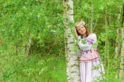 Ein schönes Mädchen in einem nationalen belarussischen Kostüm Stockbilder