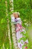 Ein schönes Mädchen in einem nationalen belarussischen Kostüm Lizenzfreie Stockbilder