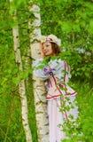 Ein schönes Mädchen in einem nationalen belarussischen Kostüm Lizenzfreie Stockfotos