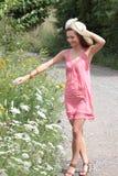 Ein schönes Mädchen im Land Stockfotografie