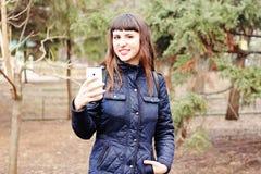 Ein schönes Mädchen macht sich selfie Lizenzfreie Stockfotos