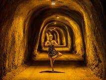 Ein schönes Mädchen meditiert in einem Tunnel durch die Berge lizenzfreies stockfoto