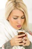 Ein schönes Mädchen mit einer Tasse Tee Lizenzfreies Stockbild