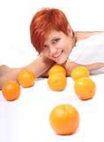 Ein schönes Mädchen mit Orange lizenzfreie stockfotografie