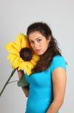 Ein schönes Mädchen mit Sonnenblume Stockbild