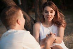 Ein schönes Paar in der Liebe sitzt im Park lizenzfreies stockfoto