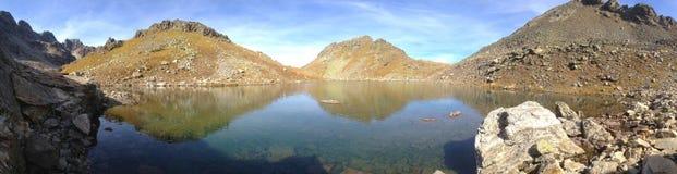 Ein schönes Panorama von einem alpinen See an einer Höhe von 2.800 Metern über Meeresspiegel in einem Archipel lizenzfreie stockfotos