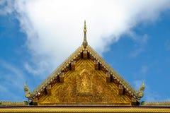 Ein schönes schnitzendes Dach an einem Eingang des thailändischen Tempels Lizenzfreie Stockbilder