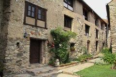Ein schönes Steinhaus in einem mittelalterlichen Schloss lizenzfreie stockbilder