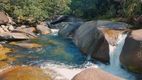 Ein schönes Touristenort an Babinda-Flusssteinen Lizenzfreies Stockfoto