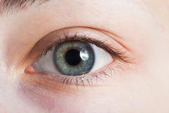 Ein Schönheitsfrauen-Augenmakro Stockbild