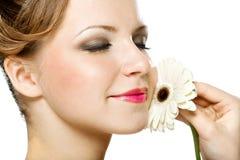 Ein Schönheitsmädchen mit gerber Lizenzfreies Stockfoto