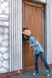 Ein Schüler in einem Hut und in einer Bindung - ein Schmetterling steht ein Anflehung bereit Lizenzfreies Stockfoto