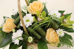 Ein sch?ner Blumenstrau? von Rosen, von Chrysanthemen und von Orchideen appelliert jeder Frau Sein k?niglicher Duft erobert jedes lizenzfreies stockbild