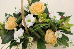 Ein sch?ner Blumenstrau? von Rosen, von Chrysanthemen und von Orchideen appelliert jeder Frau Sein k?niglicher Duft erobert jedes stockfotografie