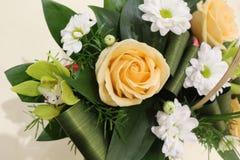 Ein sch?ner Blumenstrau? von Rosen, von Chrysanthemen und von Orchideen appelliert jeder Frau Sein k?niglicher Duft erobert jedes lizenzfreies stockfoto