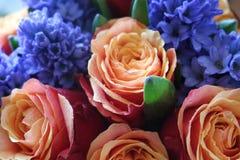 Ein sch?ner Blumenstrau? von Rosen und von Hyazinthen appelliert jeder Frau Sein k?niglicher Duft erobert jedes stockfotografie