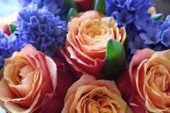 Ein sch?ner Blumenstrau? von Rosen und von Hyazinthen appelliert jeder Frau Sein k?niglicher Duft erobert jedes lizenzfreies stockbild