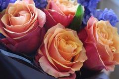 Ein sch?ner Blumenstrau? von Rosen und von Hyazinthen appelliert jeder Frau Sein k?niglicher Duft erobert jedes stockfoto