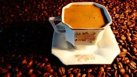 Ein Schalen- und coffebohnenhintergrund Lizenzfreies Stockbild