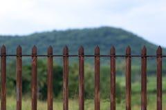 Ein Scharfes verrostete Stahlzaun schützt das Land Stockfotos