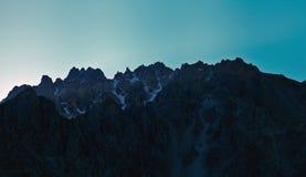 Ein Schattenbild der Berge an der Dämmerung Stockfotos