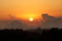 Ein Schattenbild der Stadt-Skyline auf Sonnenuntergang lizenzfreie stockbilder