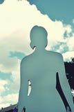 Ein Schattenbild einer Frau gegen den Himmel mit Wolken in Weinlese s Lizenzfreie Stockbilder