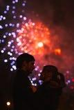 Ein Schattenbild eines küssenden Paares vor einem enormen Feuerwerk lizenzfreies stockfoto
