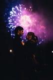 Ein Schattenbild eines küssenden Paares vor einem enormen Feuerwerk stockfotografie