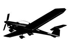 Ein Schattenbild eines kleinen Flugzeuges, das sich vorbereitet zu landen Lizenzfreies Stockfoto