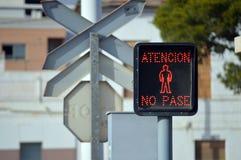 Ein Schienen-Überfahrt-Stoppschild für Fußgänger Lizenzfreies Stockbild