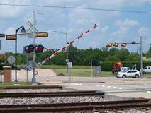 Ein Schienen-Überfahrt-Tor geht unten Stockfotos