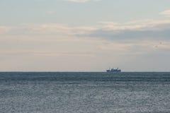 Ein Schiff auf Horizont lizenzfreie stockfotos