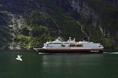 Ein Schiff in einem Fjord. Stockbild