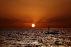 Ein Schiff im Hintergrund eines schönen Sonnenuntergangs über dem Mittelmeer Lizenzfreie Stockfotografie