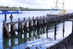Ein Schiff im Meer durch das Ufer und den blauen Himmel Kopieren Sie Platz stockfotografie