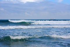 Ein Schiff im Meer ist eine Ansicht vom Ufer Lizenzfreies Stockbild