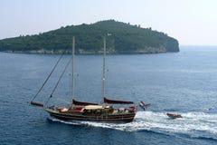 Ein Schiff in Meer Lizenzfreie Stockbilder