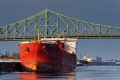 Ein Schiff in Montreal-Hafen stockbild