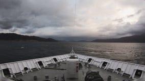 Ein Schiff reist Abflussrinne ein norwegischer Fjord stock footage