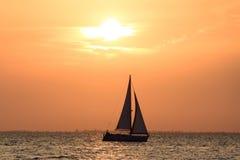 Ein Schiff am Sonnenunterganghimmel Lizenzfreie Stockfotos