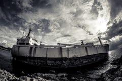 Ein Schiffbruch auf der Paphos-Küste, Zypern Lizenzfreie Stockfotografie
